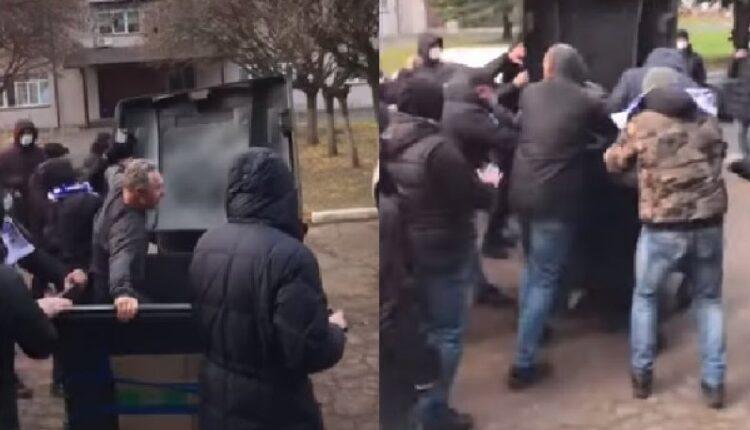 Ουκρανία: Οπαδοί της Ντέσνα πέταξαν τον υπεύθυνο του γηπέδου σε κάδο σκουπιδιών! (VIDEO)