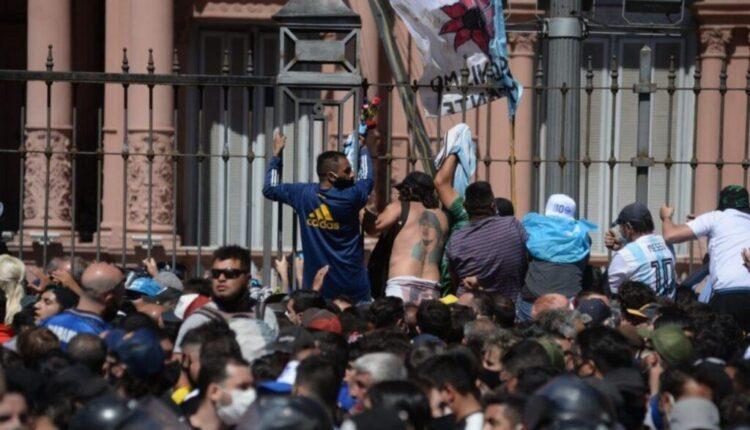 Μαραντόνα: Δακρυγόνα και συλλήψεις στο προσκύνημα (ΦΩΤΟ)