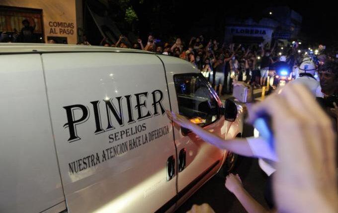 Σπαραγμός για τον Ντιέγκο: Χιλιάδες στους δρόμους στη μεταφορά της σορού του Μαραντόνα (VIDEO)