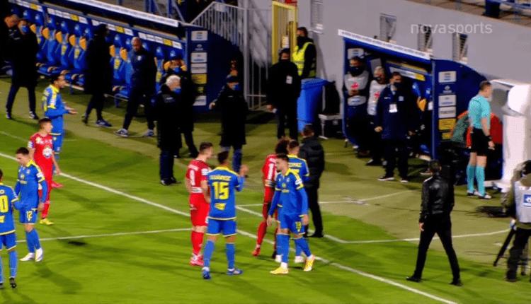Ο Τζήλος κοιτάει το VAR με όλους τους παίκτες γύρω του! (VIDEO)