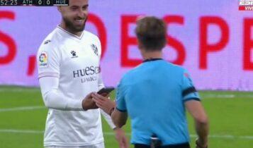 Παίκτης βρήκε κινητό στον αγωνιστικό χώρο την ώρα του παιχνιδιού! (VIDEO)