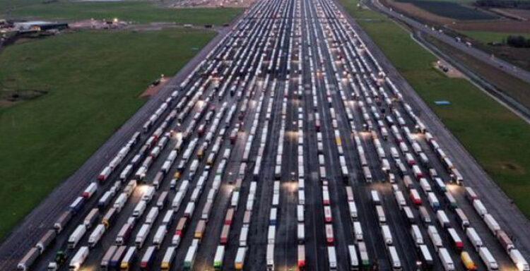Bρετανία: Χιλιάδες φορτηγά τροφοδοσίας μπλοκαρισμένα -Ανοίγει σταδιακά το λιμάνι του Ντόβερ (VIDEO)