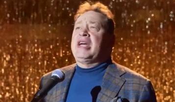 Ο Σλούτσκι τραγουδάει το «All I want for Christmas is you» και γίνεται viral (VIDEO)
