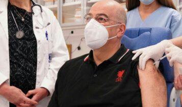 Ο Δένδιας εμβολιάστηκε με μπλουζάκι Λίβερπουλ (ΦΩΤΟ)