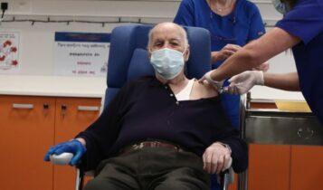 Πρώτος πολίτης που έκανε το εμβόλιο: «Μίλησα με Κικίλια και μου είπε ότι είναι ΑΕΚ, του είπα να γίνει Παναθηναϊκός»