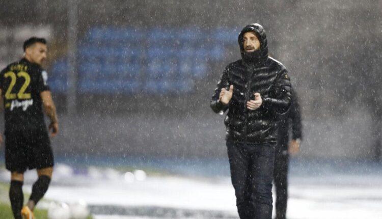 Μάντζιος: «Δεν μπορείς να παίξεις ποδόσφαιρο σε τέτοιο γήπεδο»