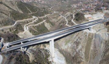 Ανατράπηκε νταλίκα στην υψηλότερη οδογέφυρα της Ελλάδας (ΦΩΤΟ)