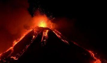 «Βρυχάται» η Αίτνα και τρομάζει: Εντυπωσιακές εικόνες μέρους του κρατήρα (VIDEO)