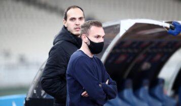 Εφτασε στη Λεωφόρο η ΑΕΚ! - Ο Μπακάκης ο πρώτος που κατέβηκε από το πούλμαν (VIDEO)