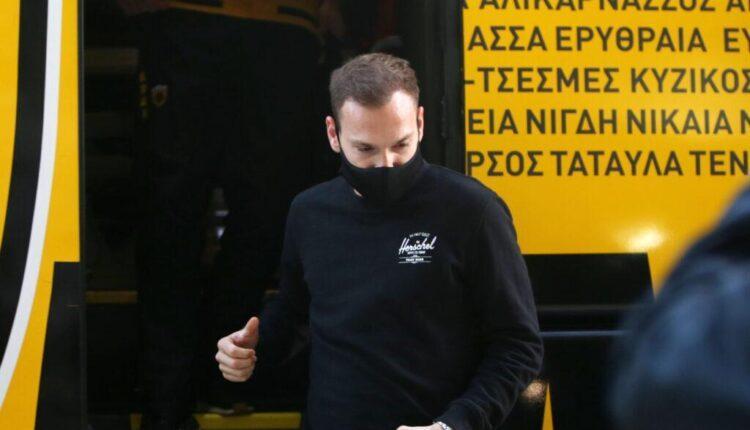Εφτασε στη Λεωφόρο η ΑΕΚ-Ο Μπακάκης ο πρώτος που κατέβηκε από το πούλμαν (VIDEO)