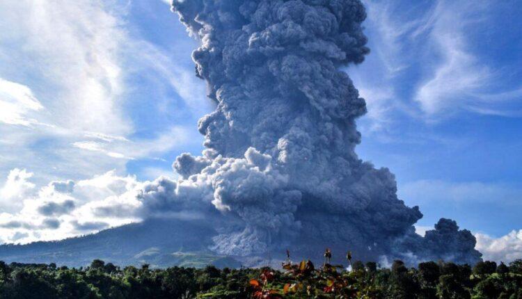 Ινδονησία: Εξερράγη το ηφαίστειο Σιναμπούγκ (VIDEO)