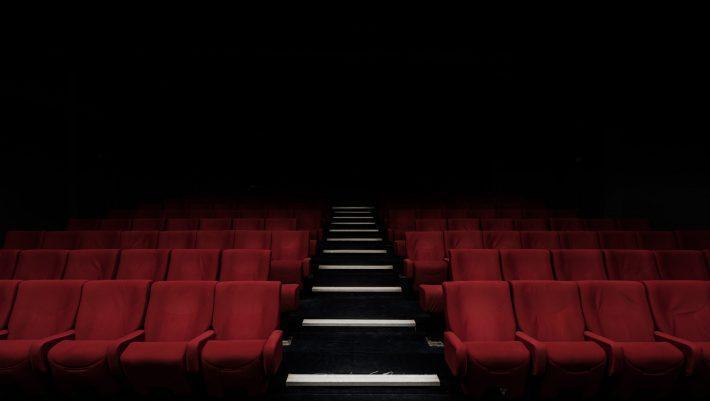 Ποιος είναι ο «σκηνοθέτης με το μπουρνούζι» που καταγγέλλουν οι ηθοποιοί