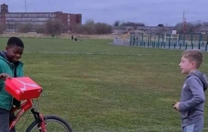 Εννιάχρονος έκανε δώρο νέα ποδοσφαιρικά παπούτσια σε συμμαθητή του