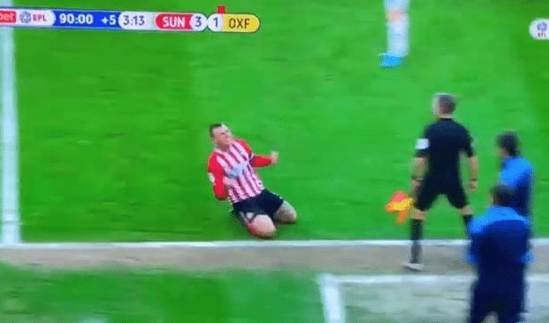 Πλακώθηκε με τον αντίπαλο προπονητή και μετά πανηγύρισε μπροστά του (VIDEO)