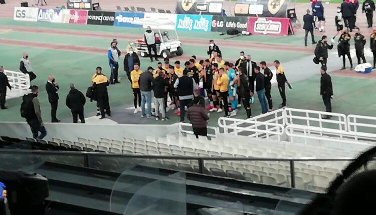 ΑΕΚ: Αγρια κατσάδα από τον κόσμο στους παίκτες: «Βγάλτε τώρα τις φανέλες»