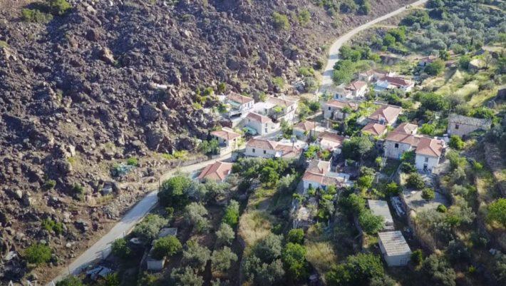 Το ελληνικό χωριό που φτιάχτηκε από λάβα εκμεταλλεύεται τη δύναμη της φύσης