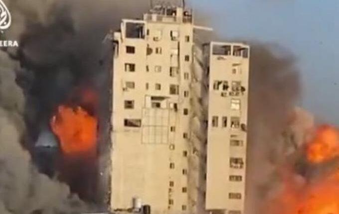 Η στιγμή που πέφτει 14όροφο κτίριο έπειτα από ισραηλινή επιδρομή στη Γάζα (VIDEO)