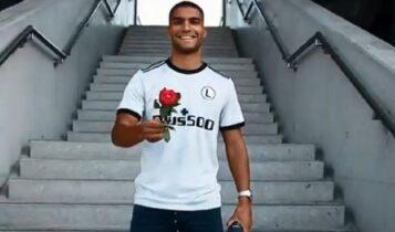 Ανακοίνωσε Ροζ με... τριαντάφυλλο και ποίημα η Λέγκια (VIDEO)