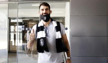 Ο Ολιβέιρα με κασκόλ του ΠΑΟΚ στο αεροδρόμιο της Θεσσαλονίκης