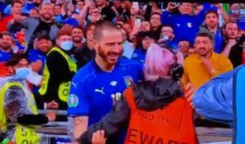 EURO 2021: Ο Μπονούτσι υποσχέθηκε να αγκαλιάσει την σεκιουρίτι που τον μπέρδεψε με οπαδό (VIDEO)