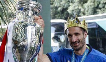EURO 2021: Με στέμμα στο κεφάλι του έφτασε ο Κιελίνι στην Ιταλία (ΦΩΤΟ)