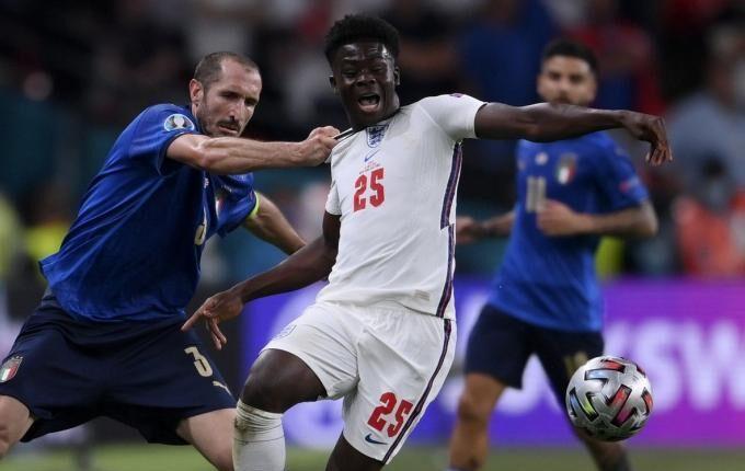 EURO 2021: Οπαδός της Ιταλίας έκανε τατού το τράβηγμα του Κιελίνι στον Σακά (ΦΩΤΟ)