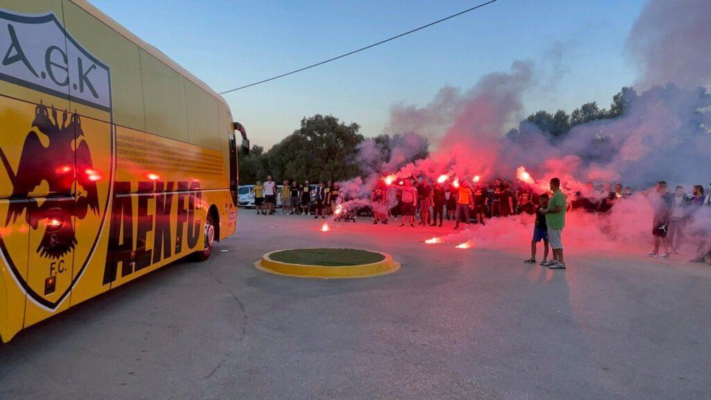 Τρέλα για ΑΕΚ στα Σπάτα -Οπαδοί αποθέωσαν την ομάδα και ζήτησαν το πρωτάθλημα! (VIDEO)