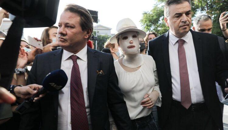 Επίθεση με βιτριόλι: Συγκλονίζει η εικόνα της Ιωάννας στο δικαστήριο