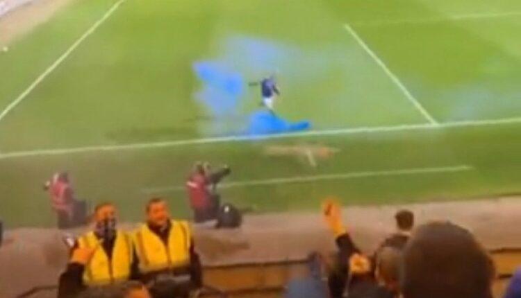 Απίστευτο σκηνικό στην Σκωτία: Ποδοσφαιριστής σουτάρει καπνογόνο στην αντίπαλη εξέδρα (VIDEO)
