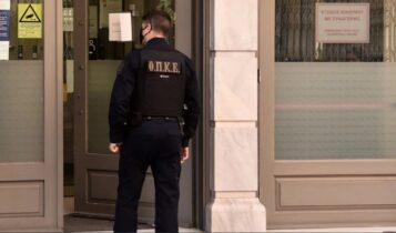 Καρέ-καρέ η σύλληψη του ληστή της τράπεζας στη Μητροπόλεως! (VIDEO)
