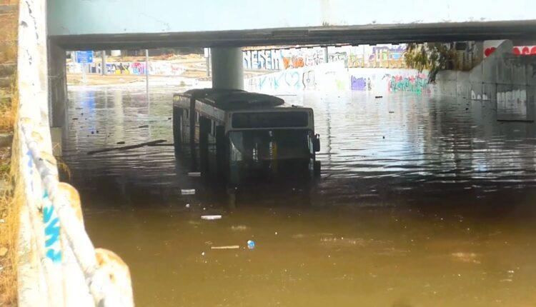 Κακοκαιρία «Μπάλλος»: Λεωφορείο βυθίστηκε στο νερό κάτω από γέφυρα! (VIDEO)