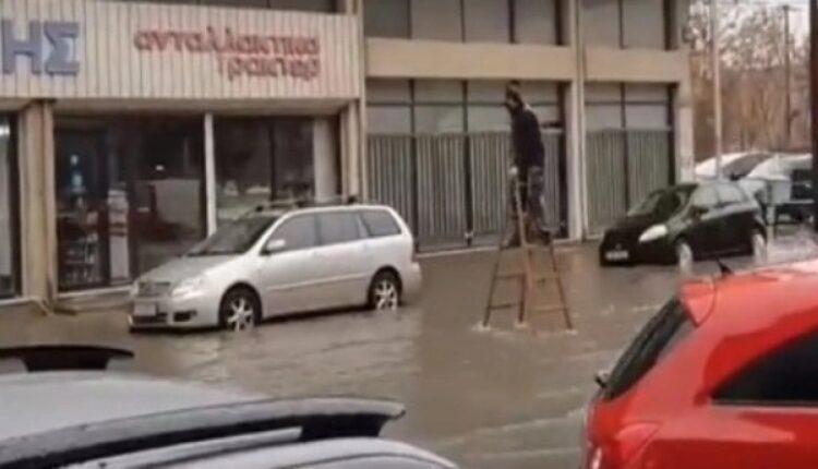 Κακοκαιρία: Πολίτης έγινε viral καθώς χρησιμοποίησε σκάλα για να διασχίσει πλημμυρισμένο δρόμο (VIDEO)