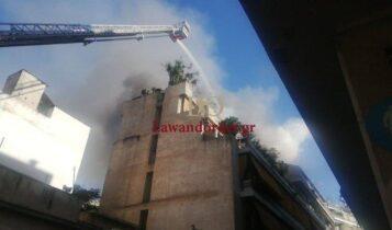 VIDEO-σοκ από τον Κολωνό: Η στιγμή που ένοικος πηδά από το μπαλκόνι για να γλυτώσει από τη φωτιά!