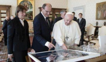 Βατικανό: Η υπογεγραμμένη φανέλα του Μέσι στα χέρια του Πάπα (ΦΩΤΟ)