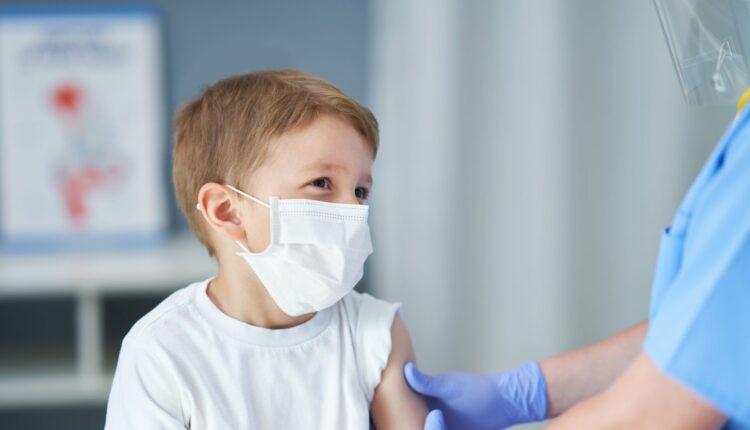 FDA για εμβολιασμό παιδιών: «Τα οφέλη υπερτερούν των κινδύνων»